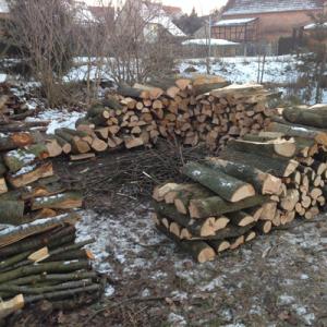 Holzstapelhütte im Bau