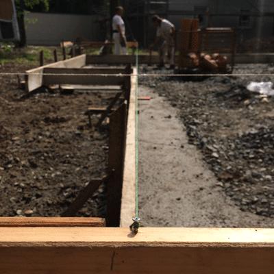 Schnurgerüst begrenzt Bodenplatte