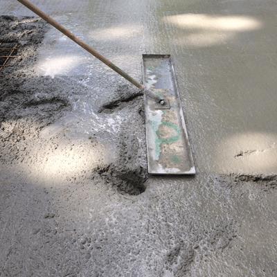 Bodenplatte betonieren und glattstreichen