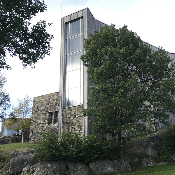 Fassade mit Naturstein, Holz und Glas