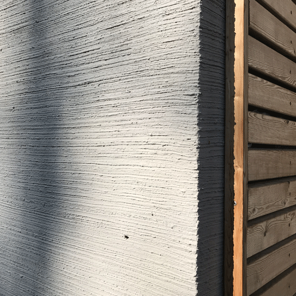 Graue Fassade mit Holz