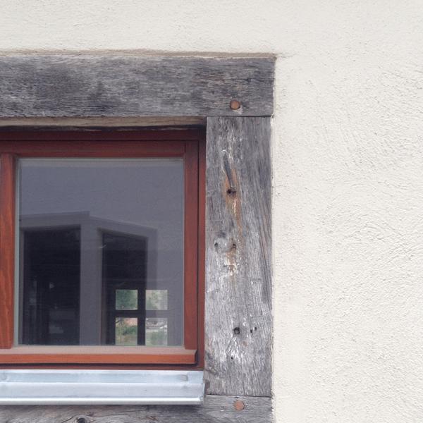 Fassade mit Grau und Braun